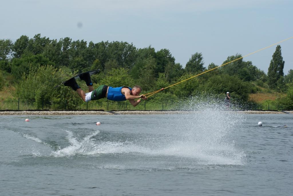 Elektro Surfer liebt Wakeboarding