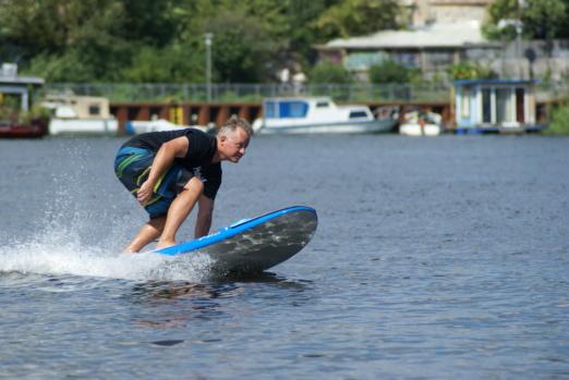 Elektro Surfbrett und e Surfboard News
