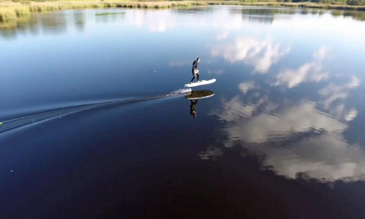 Elevate Surfbrett in Aktion
