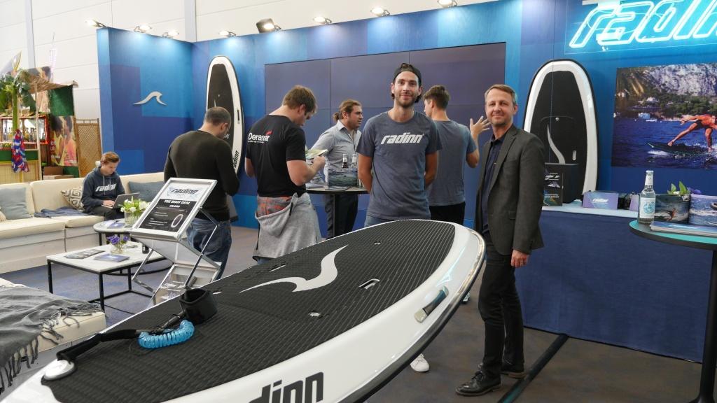 CEO Alexander (links) und CTO Esbjoern erklären das neue Elektro Jet-Surfboard