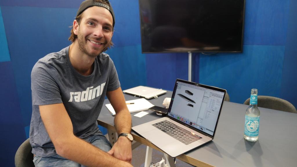 Alexander erklärt uns das Konzept für sein modulares Elektro Surfbrett