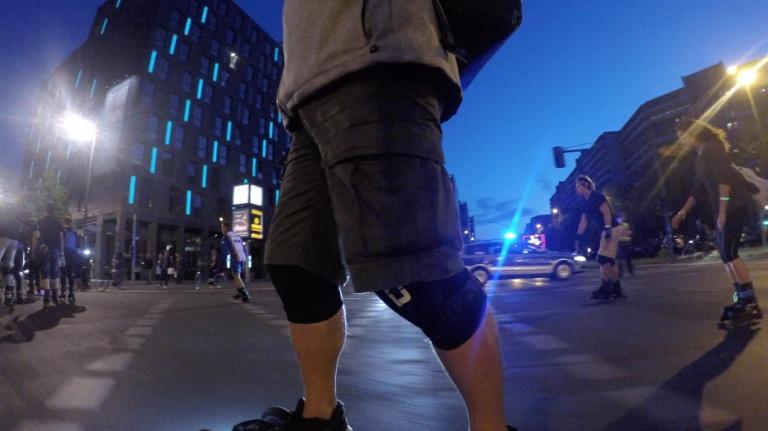 Mit dem Elektro Skateboard an der Polizei vorbei