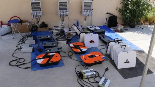 Diverse Batterien von Elektro Surfboards