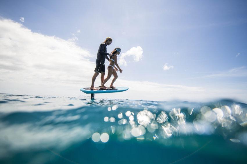 Nick surf das eFoil e2 mit seiner Freundin